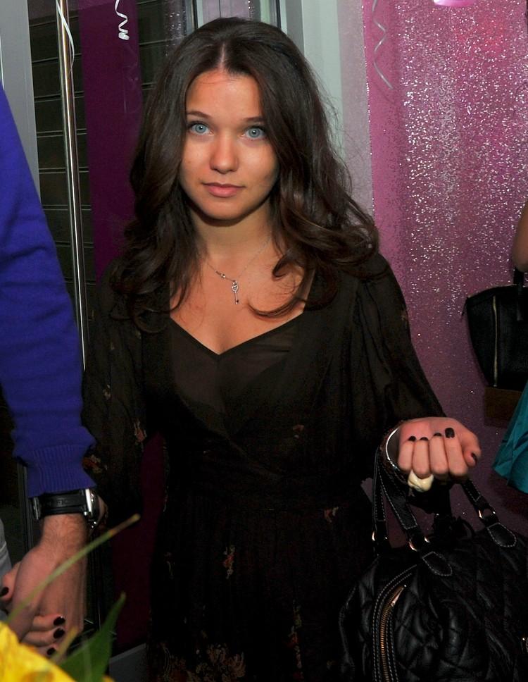 Супруга Слепакова Карина по профессии юрист.