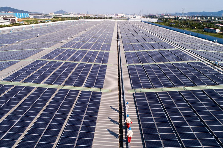 Поля солнечных батарей при автозаводе в Хучжоу, КНР.
