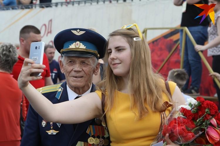 Пусть в нашей памяти ветеран останется таким: Павел Макеев со своей внучкой. Рязань, площадь Ленина, День Победы 2019 года.