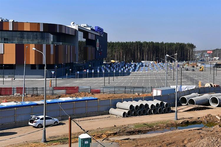У парковки нового торгового центра в Москве.