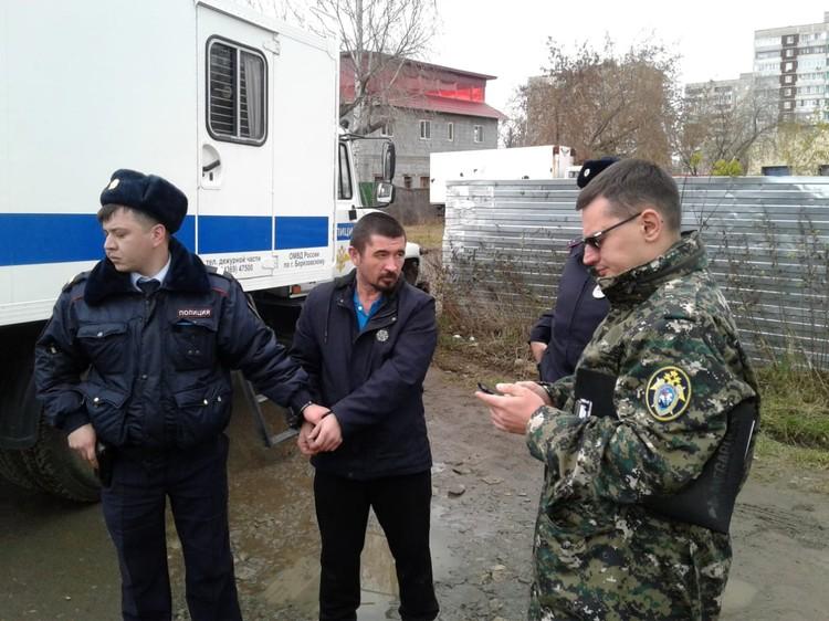 Подозреваемого привезли на место убийства в наручниках. Фото: СУ СКР по Свердловской области