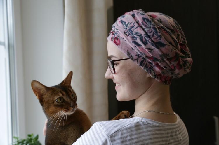 Влада любит свою кошку Нолу. Раньше врачи запрещали ей заводить питомцев, так как они гипотетические разносчики заболеваний. А сейчас - можно