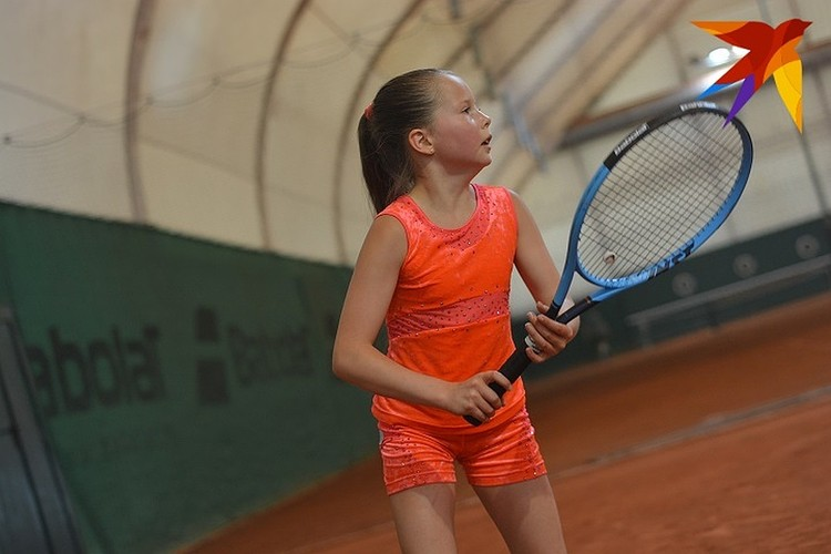 Каролина серьезно занимается большим теннисом.