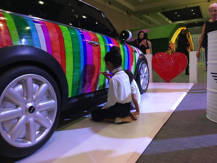 Страна на каждом шагу подтверждает свой статус «богатой». Например в качестве раскраски арабским детям предоставили целый автомобиль, белый мини-купер.