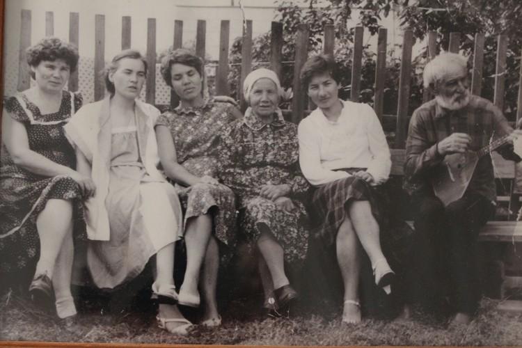 Родители и четыре их дочери. Фото из семейного архива