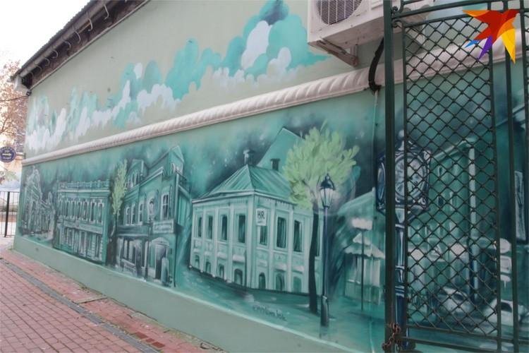 На рисунке - уличные часы, знакомые кафешки, магазины.