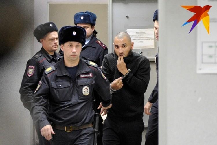 Федорович прятал лицо, но нашему фотографу удалось его поймать.