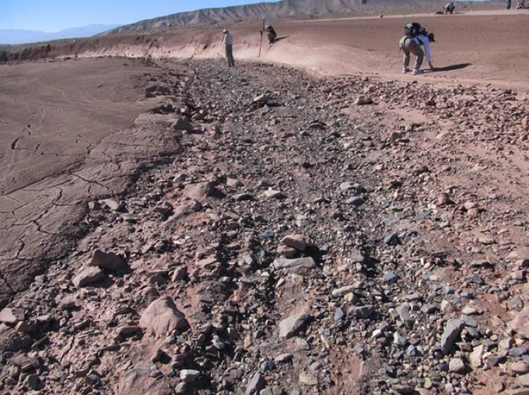 Высохшее русло на Земле. На Марсе - примерно такие же.