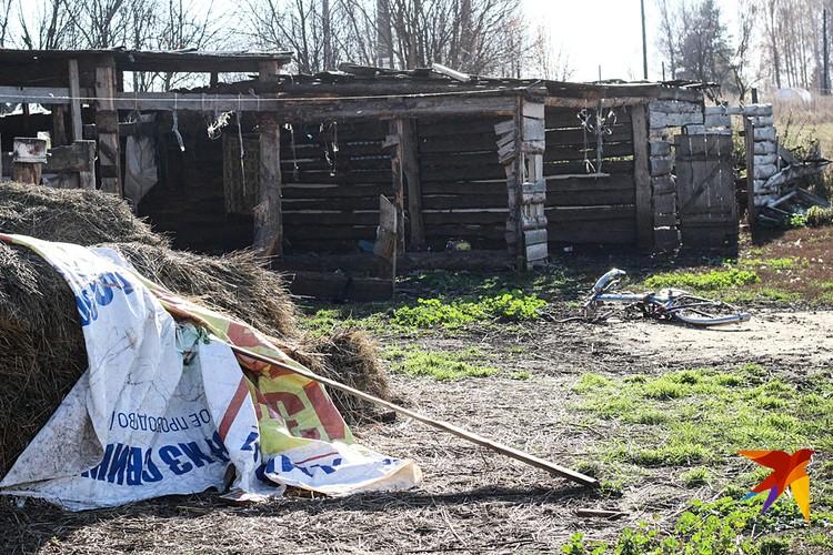 Повсюду валяются грязные детские вещи, поломанные игрушки и пустые банки, и бутылки. Фото Татьна Синельникова