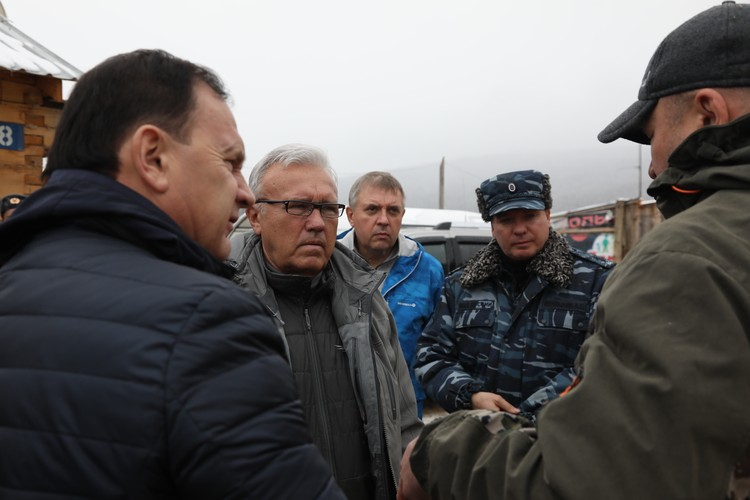 Губернатор Александр Усс на месте ЧП Фото: Вадим КОФМАН