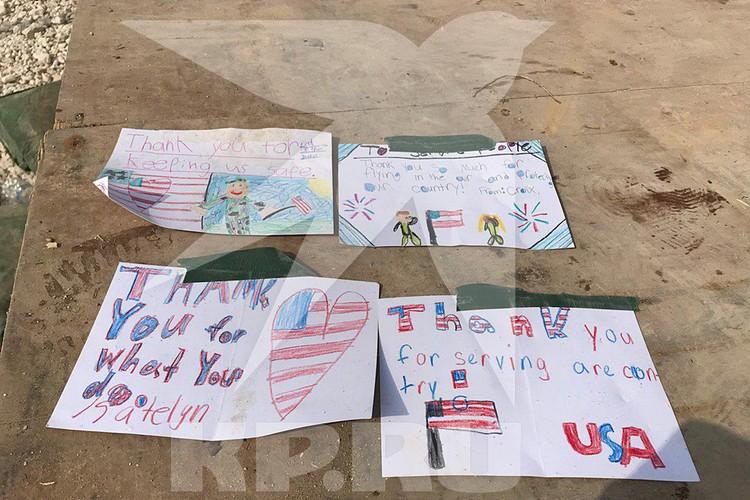 Россыпью валяются самодельные детские открытки
