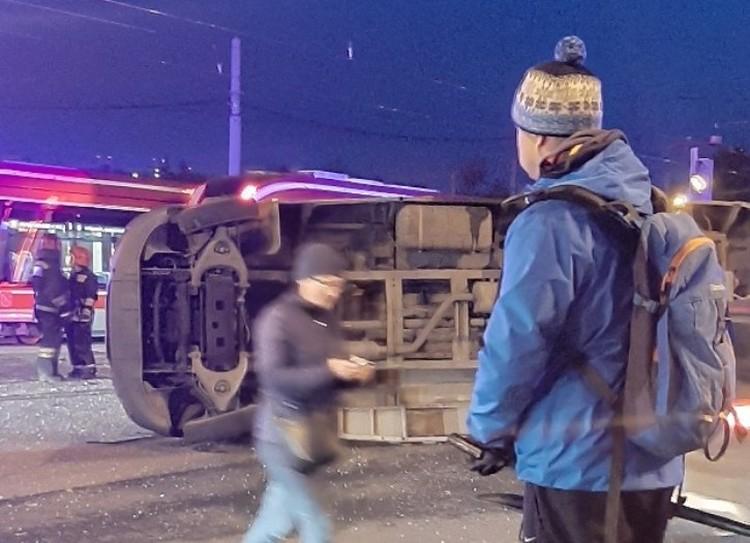 Водитель хотел проскочить перед трамваем Фото: ДТП и ЧП Петербурга
