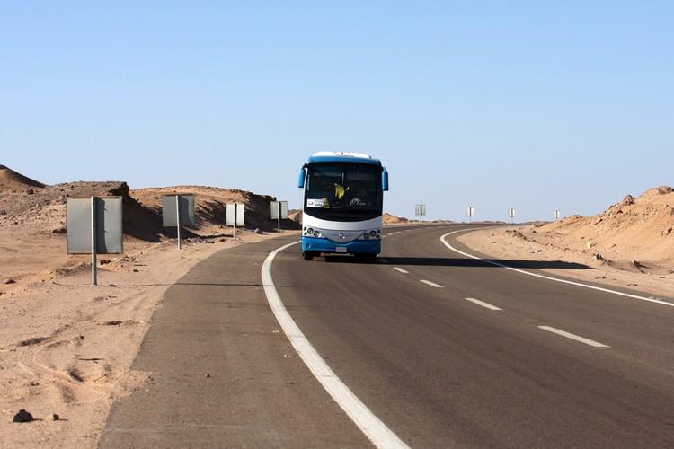 До моря из Каира несколько часов пилить на автобусе через пустыню
