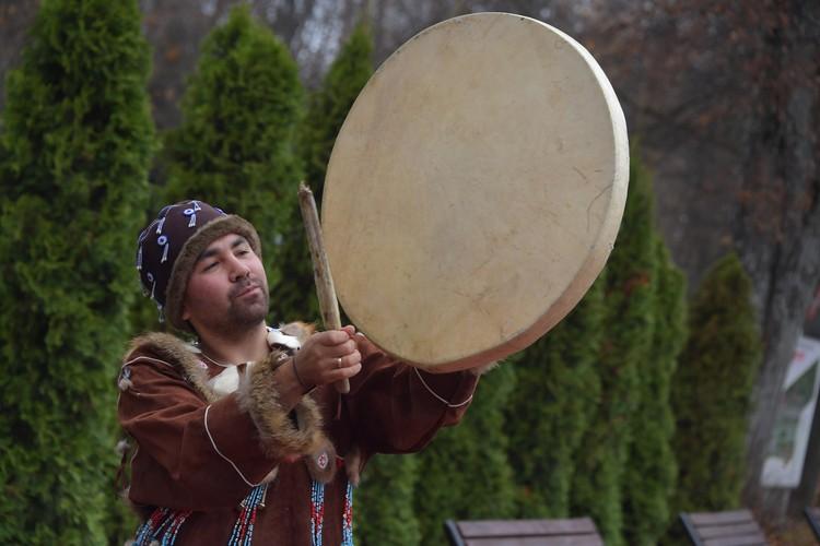 Коряк Петр Нестеров исполняет традиционный танец с бубном.