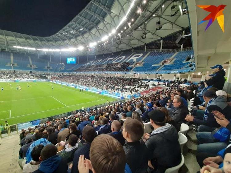 Несмотря на будний день на стадион пришло более 13 тысяч болельщиков.