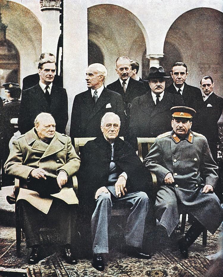 На конференции в Ялте в феврале 1945 года главы СССР, США и Британии Сталин, Рузвельт и Черчилль (сидят, справа налево) решали судьбу не только Европы, но и Японии, и Ирана...
