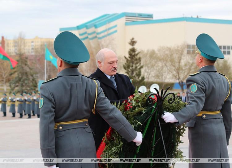 Из аэропорта Лукашенко поехал к монументу «Защитники Отечества», где возложил венок. Фото: БелТА.