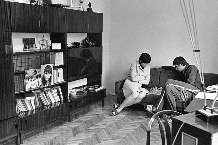 Супруги в гостиной типовой квартиры во время игры в шахматы, 1973 год. Фотохроника ТАСС
