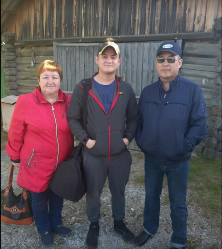Рамиль с родителями. Фото: личная страница Салима Шамсутдинова в соцсети