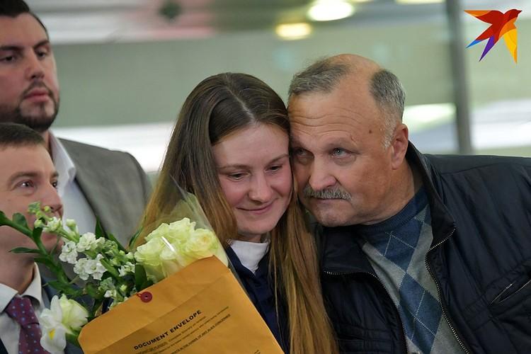 Марию встречал с самолета отец.
