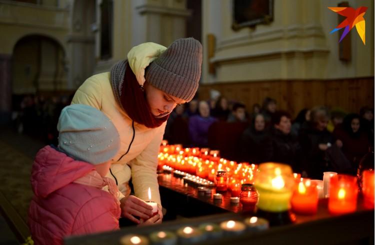 В костелах в эти дни всегда много верующих, вспоминающих своих Дзядоў. На снимке – служба в Барунах на Ошмянщине.