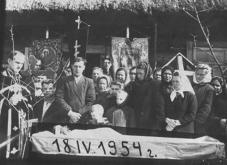 """Белорусы в ХХ веке, хороня своих предков, делали порой единственное фото, которое было у умершего человека. Фото: коллекция Ивана Чайчица, архив """"КП"""""""