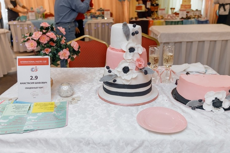 Свадебный торт в легких пастельных тонах. Фото: International Pastry Cup