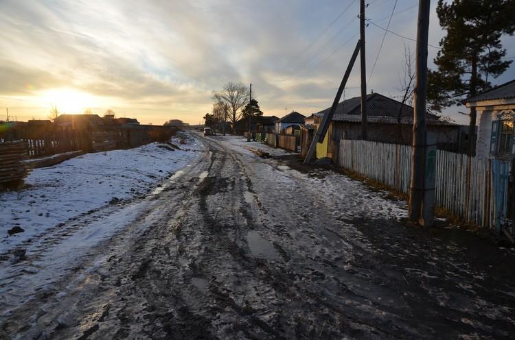 А это дорога в селе. Когда подмерзнет - пройти можно.