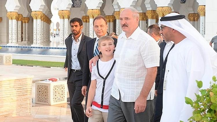 Николай вместе с отцом ходил на экскурсию в Большую мечеть имени шейха Заида. Фото: пресс-служба президента Беларуси.