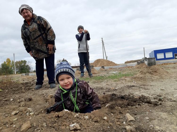 Строить павильон волонтерам помогают и местные жители - целыми семьями! Фото: vk.com/nevezhkino_village
