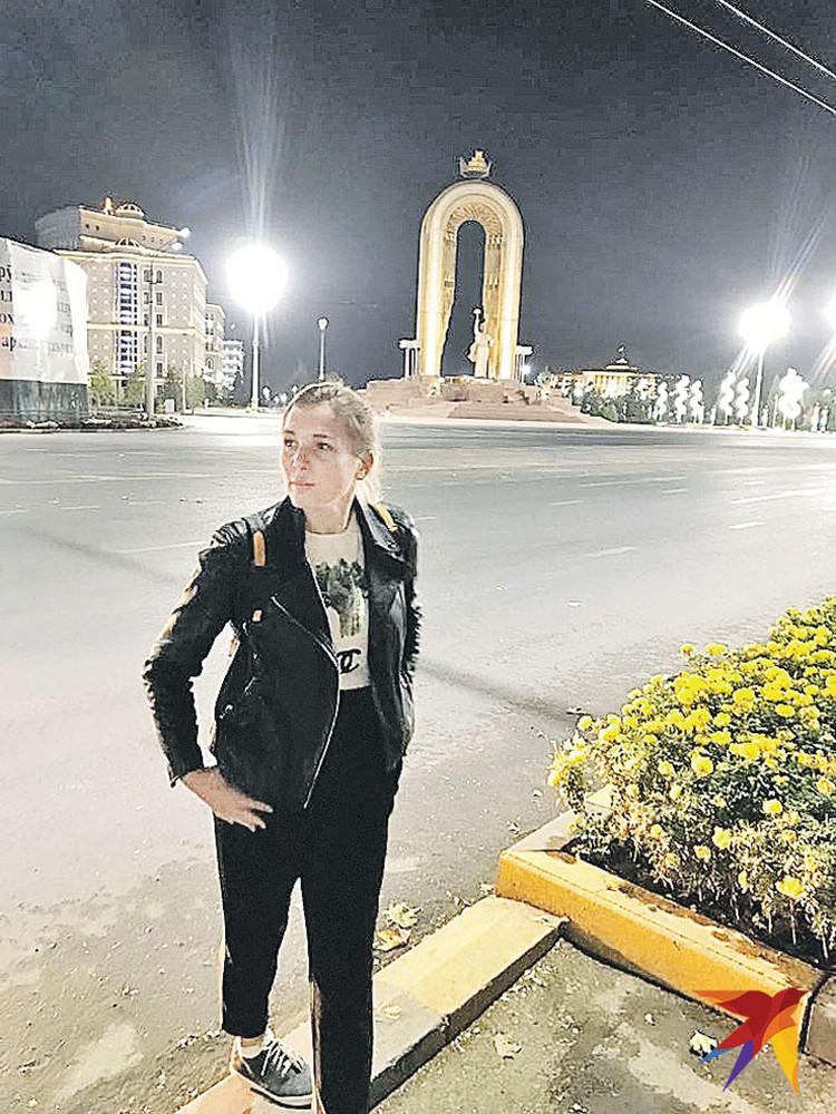 Корреспондент «КП» Дина Карпицкая в вечернем Душанбе. На заднем плане - памятник национальному герою Исмоилу Сомони.