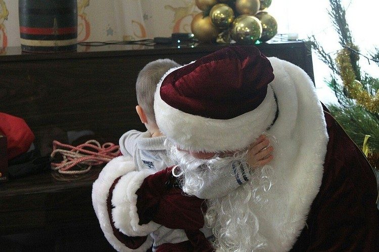 Мальчик очень крепко обнимал нашего Деда Мороза