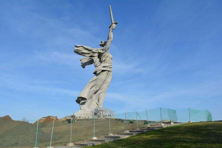 Впереди еще работы по благоустройству холма, на котором стоит монумент.
