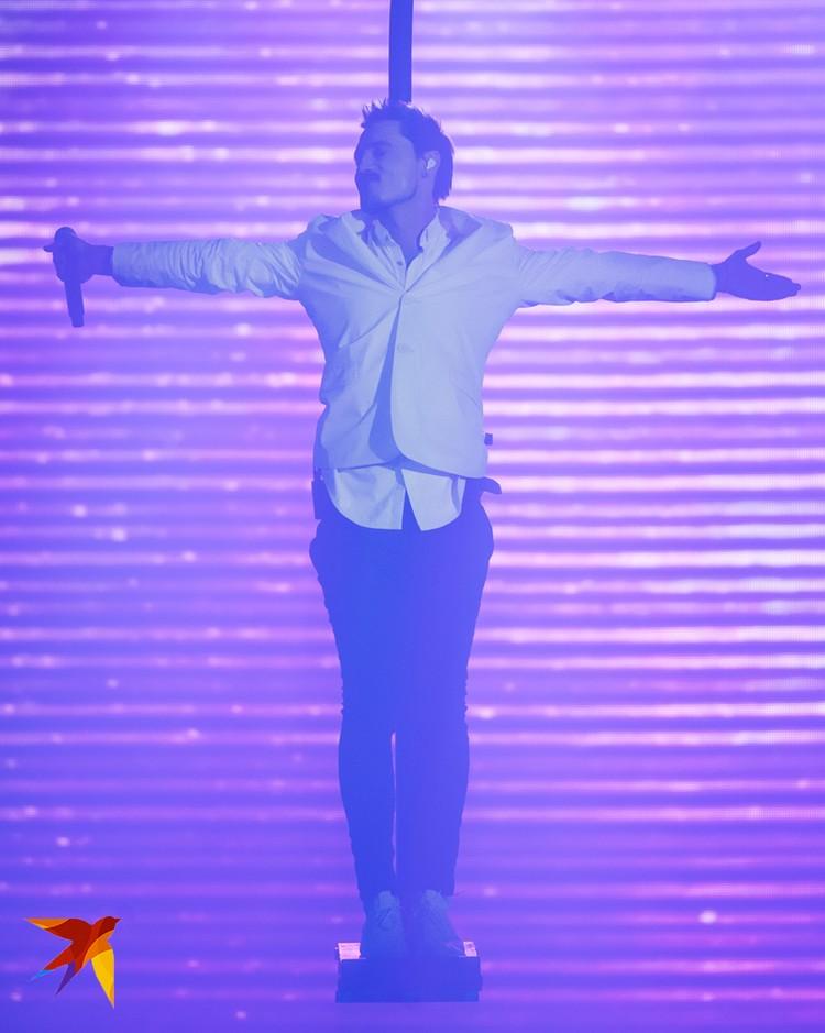 Например, во время этого трюка Билан неудачно приземлился на сцену, едва не получив серьезную травму.