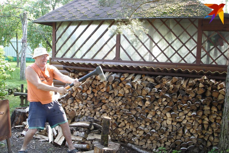Мисевич не прочь и дрова на даче порубить. Фото: Личный архив