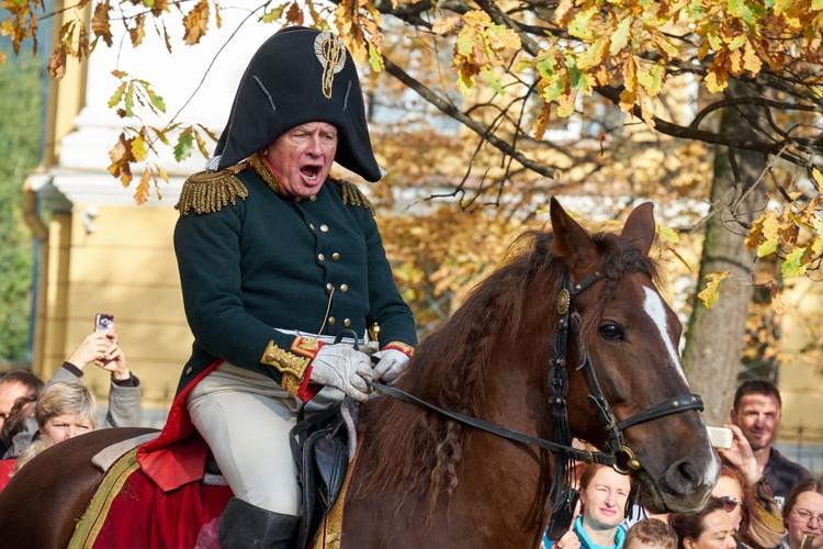 По словам людей, знающих его близко, одиозный преподаватель совершенно преображался, стоило ему надеть любимый мундир французского дивизионного генерала.