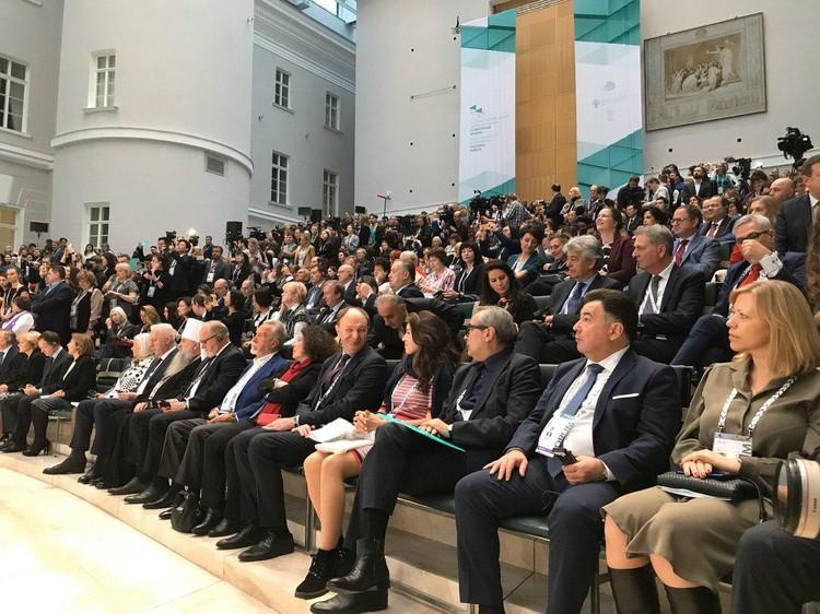 В зале собрались многочисленные делегаты из разных стран мира.