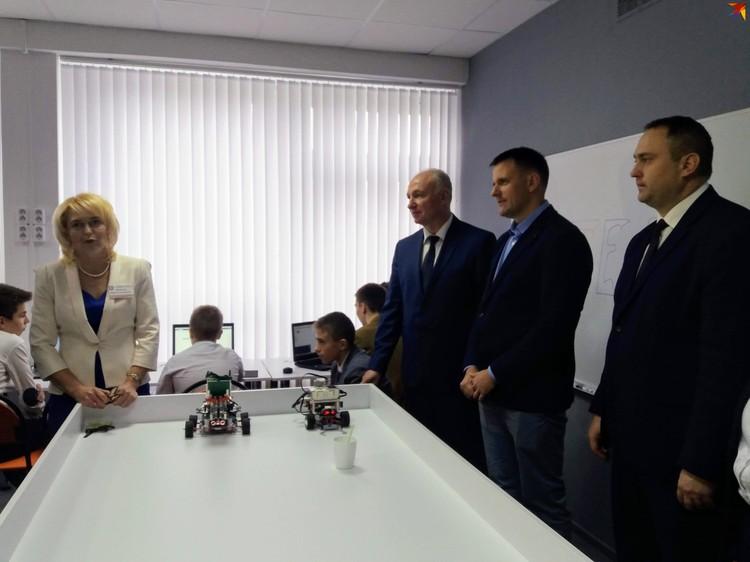 Дмитрий Гурский (в центре) в школе не был отличником, а сейчас успешный IT-предприниматель - своим примером Дмитрий показывает, что будущее в IT есть у любого.