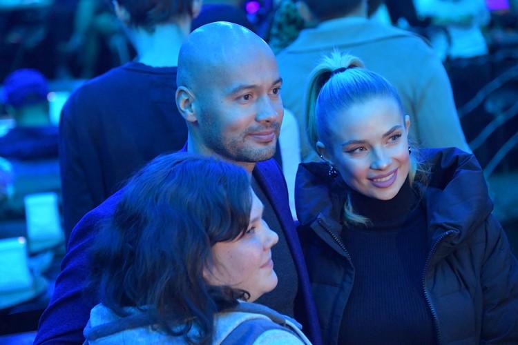 Андрей Черкасов (тоже выходец из шоу «Дом-2») был окружён дамами.