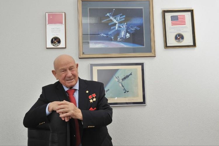 В зале библиотечного краеведения Кемеровской областной научной библиотеки имени Федорова представлена выставка материалов о летчике-космонавте
