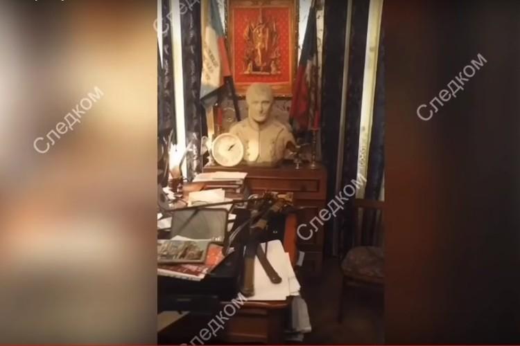 Стоит в квартире одиозного историка и непременный бюст Наполеона Бонапарта - к нему Олег Соколов, напомним, питал особые чувства. Фото: кадр оперативной съемки