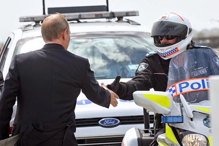 Владимир Путин прежде, чем сесть в самолет, подошел к мотоциклистам дорожной полиции, сопровождавшим его кортеж