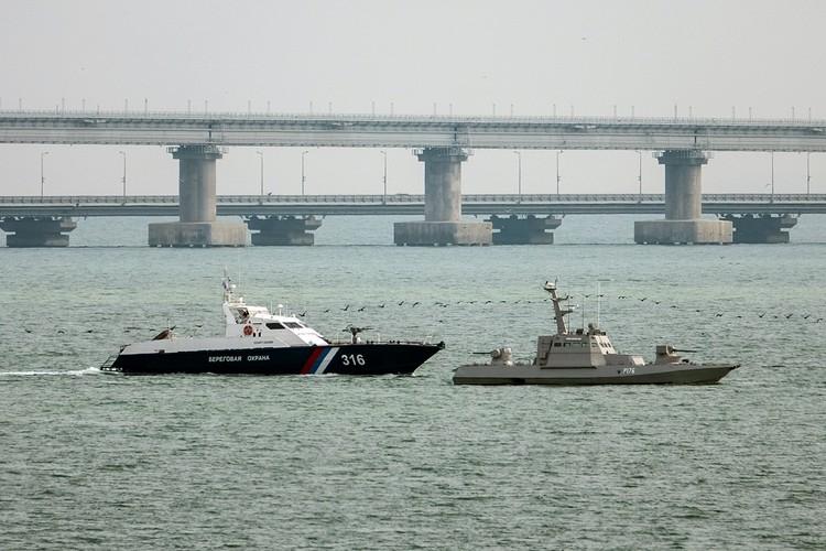 Утром воскресенья , принадлежавшие Украине суда были отбуксированы из порта Керчь в нейтральные воды Черного моря - для передаче украинской стороне