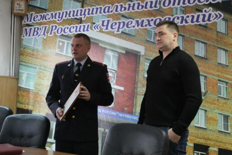 Полицейские уже наградили Андрея Банина. Фото: ГУ МВД России по Иркутской области.