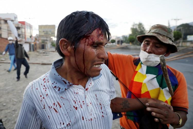 С каждым днем протесты против нового президента вовлекают все больше боливийцев, а столкновения между ними и силами правопорядка становятся все кровопролитнее