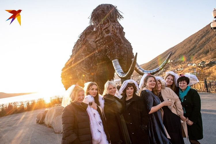 Колымские красавицы около монумента «Время»