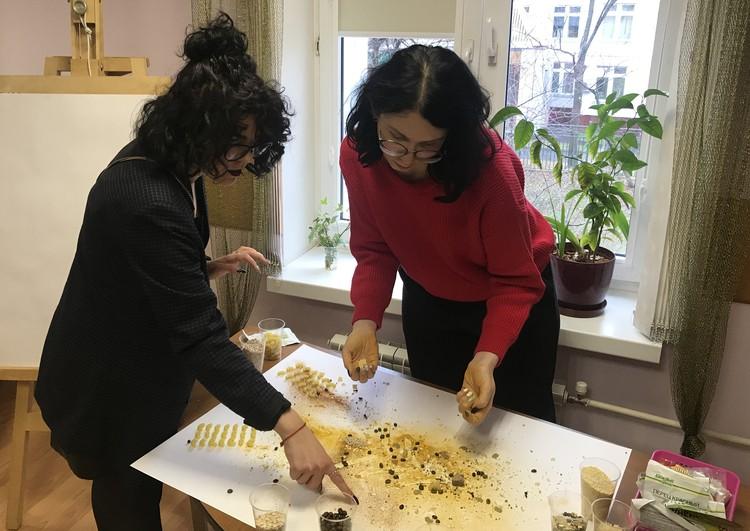 Одно из заданий игровой психотерапии - раскрасить лист бумаги ароматными специями, зернами кофе и макаронами.