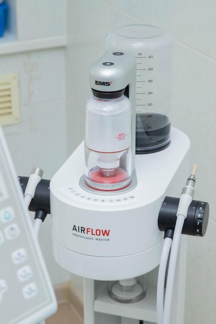 Аппараты, которые используются при профессиональной чистке зубов методом Air Flow, постоянно совершенствуются. Фото предоставлено сетью клиник «МедГарант».