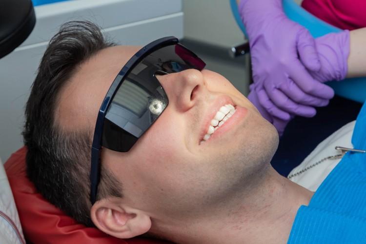 Для профессиональной гигиены зубов в клиниках «МедГарант» используется аппарат AIRFLOW PROPYLAXIS MASTER.Фото предоставлено сетью клиник «МедГарант».