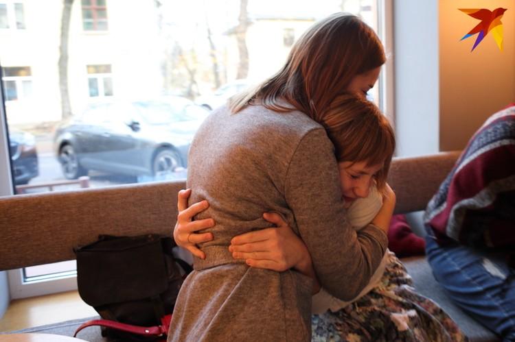 Пока общаемся, на несколько минут повидваться с Настей приходит Богдана. Девушка живет в Киеве, на съемках была ассистенткой продюсера.